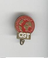Petit Badge émaillé CGT - Fédération Syndicale Mondiale - Circa 1960 - Army & War