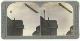 Photo Stéréoscopique : Guerre, War, Zeppelin Flying Over A German Town ( Ballon, Balloon ) - Photos Stéréoscopiques