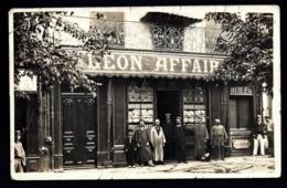 """CPA ANCIENNE FRANCE- BEZIERS ?? (34)- DEVANTURE MAGASIN """"LÉON AFFAIRE""""- BELLE ANIMATION GROS PLAN- 2 SCANS - Beziers"""