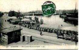 N°66724 -cpa Le Havre -débarquement Du Vin Au Bassin- - Commerce