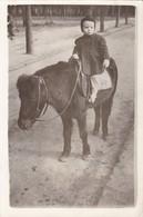 PEQUEÑA NIÑA MONTANDO CABALLO PETIT FILLE MONTE A CHEVAL LITTLE GIRL HORSE.CIRCA 1950s PHOTO ORIGINAL SIZE 13x9cm- BLEUP - Other