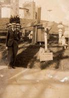 Photo Originale Homme Posant Devant De Géants Bidons Shell Vers 1930/40 & Mini Moulin à Vent - A. Geaval - Places
