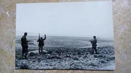 2 PHOTOS ORIGINALES - ALGERIE 1957 - GROUPE DE SOLDATS MILITAIRES AVEC ARMES + ARRESTATION REBELLE PARACHUTISTES - Dokumente