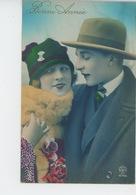 FEMMES - FRAU - LADY  - MODE - CHAPEAUX - Jolie Carte Fantaisie Couple Amoureux Avec Chapeaux - Women