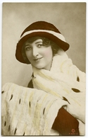 PRETTY GIRL WITH HAT AND FURS - Women