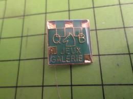 113b Pin's Pins / Rare Et De Belle Qualité !!! THEME JEUX :  QB JEUX GALERIE ECHECS CAVALIER DAMIER ECHIQUIER - Games