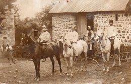85Ct  Carte Photo Soldats à Cheval Et Lieu à Identifier Envoyée à La Coquille Dordogne - Personen