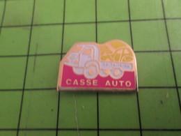513B Pin's Pins / Rare Et De Belle Qualité !!! THEME AUTOMOBILES : CASSE AUTO 2 CV CITROEN EMBARQUEE PAR UN CASSEUR - Citroën