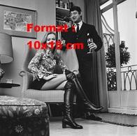 Reproduction D'une Photographie De Roy Boulting Et  Hayley Mills Vêtue D'une Jupe Et Hautes Bottes Noires En 1971 - Reproductions