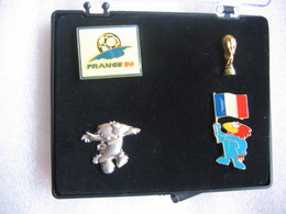Petit Coffret Avec Licence Officielle De 5 Pin's De La Coupe Du Monde De Football, France 98. - Football