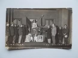 """Original - Echte Foto ... Van Een """"huldeging """" ? Of Een Toneelvoorstelling Met Militairen Portret Koning En Koningin - Uniformes"""