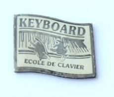Pin's KEYBOARD - ECOLE DE CLAVIER - Main Jouant Sur Un Clavier - Publi Nancy - H511K - Musica