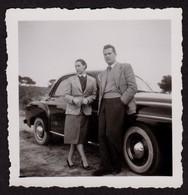 Jolie Photographie Ancienne Couple Voiture Automobile 6,2 X 6,3 Cm / A050 - Cars