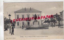 42- FEURS- PLACE DE L' HOTEL DE VILLE ET STATUE DU COLONEL COMBES 1904 - Feurs