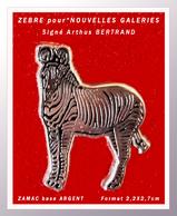 SUPER PIN'S ZEBRE Pour LES NOUVELLES GALERIES : Arthus BERTRAND Gravé Au Verso, En ZAMAC ARGENT, Format 2,2X2,7cm - Arthus Bertrand