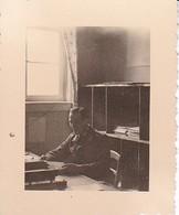 Foto Deutscher Soldat In Kanzlei - 2. WK - 5,5*4cm (37884) - Krieg, Militär
