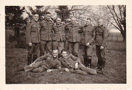 Foto Gruppe Deutsche Soldaten Im Grünen  - 1941 - 8*5cm (37893) - Guerre, Militaire