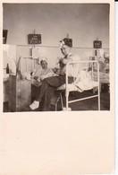Foto Deutsche Soldaten Im Lazarett - Verwundete - 2. WK - 5,5*5,5cm (37901) - Krieg, Militär