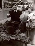 Grande Photographie De Presse EDDY MITCHELL  Dans Une Rue De Paris 1964 , Photo Alain Caveau BIPP - Célébrités