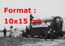 Reproduction D'une Photographie Ancienne D'un Barrage De La Gendarmerie Nationale à Paris En 1964 - Reproductions