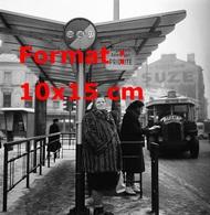 Reproduction D'une Photographie Ancienne D'un Arrêt De Bus Avec L'arrivée D'un Bus Avec Publicité Perrier En 1963 - Reproductions