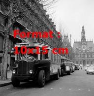 Reproduction D'une Photographie Ancienne D'un Bus Parisien Ligne 74 Hôtel De Ville Avec Publicité Perrier En 1962 - Reproductions