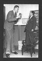 HUMOUR - INSOLITE - LE GÉANT ROBERT WADLOW POSE AVEC LOS ANGELES COUNTY SHERIFF LE 13 SEPTEMBRE 1938 - Humour