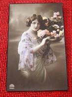 FANTAISIES - FEMMES -  Jolie Jeune Femme Au Bouquet De Fleurs - Femmes