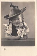 Sehr Hübsches Mädchen Mit Zöpfen, Steirerhut Und Edelweiß, Fotokarte Als Feldpost Gel.1941, Gute Erhaltung - Kinder