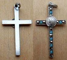 CROIX-115 Belle Croix-pendentif à Décor De Petites Pierres Bleues Et Noires, - Religión & Esoterismo