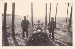 Foto Deutsche Soldaten Als Wache Bei Soldatengrab - 2. WK  - 8*5,5cm (37907) - Krieg, Militär