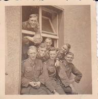 Foto Gruppe Junge Deutsche Soldaten - 1944 - 5,5*5,5cm (37913) - Krieg, Militär
