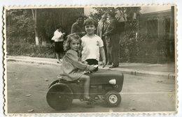 PHOTO ORIGINALE , Fille Et Garçon Avec Jouet Tracteur , Dim.13.0 X 8.5 Cm - Anonyme Personen