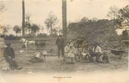 CPA Métiers Bucherons En Forêt - Famille - Attelage - Cheval - Cabane - Repas - Enfants Précurseur Neuve - Professions