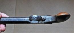 Pistolet à Coffre à Percussion, Canon Octogonal Ciselé , Pontet, Crosse Ronde En Noyer.fabrication B Et Compagnie - Armes Neutralisées