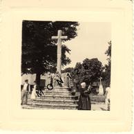 BRETAGNE PRIMELIN CHAPELLE ST TUGEN 1952  UNE VIEILLE FILEUSE A LA QUENOUILLE - PHOTO 8x8 Cms - Lieux