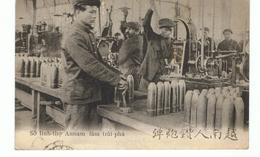 Dans Un Arsenal De France. Annamite Perçant Des Obus. - Guerre 1914-18