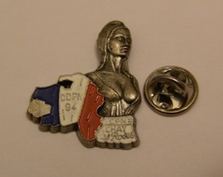 POLICE NATIONALE DDPN 94 CPN L'HAY LES ROSES BUSTE MARIANNE BRIGITTE BARDOT Pin Pin's Pins - Police