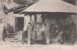 CPA Pont-en-Royans - Une Forge (très Belle Animation : Ferrage D'un Boeuf) - Pont-en-Royans