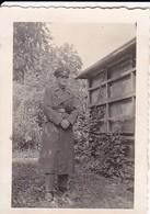 Foto - Deutscher Soldat In Mantel Und Schirmkappe - 2. WK - 6*4,5cm (37936) - Krieg, Militär