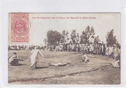 ETHIOPIE. UNE FUSTIGATION SUR LA PLACE DU MARCHE A ADIS ABEBA. TORTURE ETHNIC. CIRCULEE A ENGLAND 1910.-RARISIME-BLEUP - Ethiopië