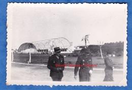 Photo Ancienne - Base Aérienne ? Aérodrome ? - Officier à Identifier - Aviation Armée De L'Air Brevet Avion Hangar WW2 - War, Military