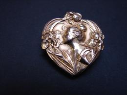 Bijoux. 55. Magnifique Broche FIX Art Nouveau. Fleurs Et Femme Dans Un Cœur. - Broches