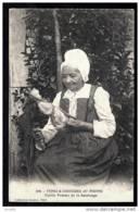 CPA ANCIENNE FRANCE-TYPES DU POITOU  (79)- COSTUME ET COIFFE- VIEILLE FEMME DE SAINTONGE A LA QUENOUILLE- GROS PLAN - Frankreich