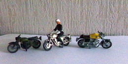 Moto 3 Petites Metal     1 Avec Police   1 Laverda   1 Lesney Hondarora  Dim  Ht 3cm - Other Collections