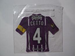 MAGNET FOOTBALL 2010. CETTO DE TOULOUSE. DANS SON SACHET. LIGUE 1 - Sports