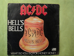 45 TOURS ACDC. 1981. HELL S BELLS / WHAT DO YOU DO FOR MONEY HONEY ATLANTIC 11650. AU VERSO LA TOURNEE FRANCAISE. - Rock