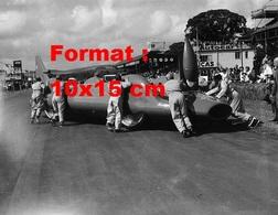 Reproduction D'une Photographie Ancienne D'une Bristol Siddeley Bluebird Poussée Par Des Hommes En 1962 - Reproductions