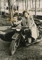PHOTO ORIGINALE , Femme Et Garçon Sur Moto Side Car , Dim. 9.0 X 13.0 Cm - Personas Anónimos