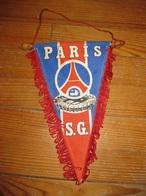 F219 ANCIEN FANION DE FOOT FOOTBALL ANNEES 70-80 P.S.G PARIS SAINT GERMAIN 21X27 CM - Habillement, Souvenirs & Autres